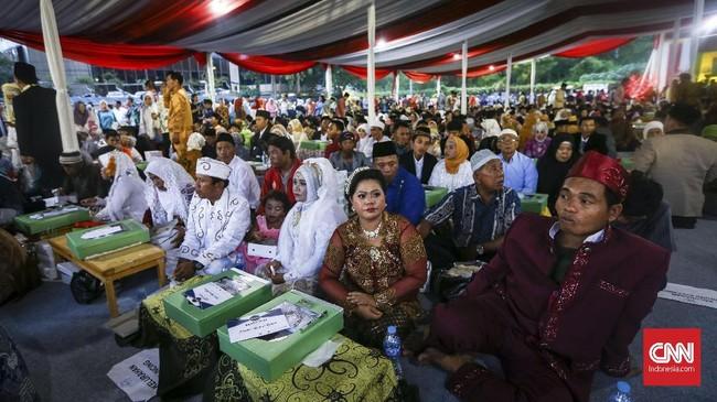 Gubernur DKI Jakarta Anies Baswedan mengaku merasakan keunikan di malam pergantian tahun kali ini, karena di malam pergantian tahun ini warga Ibu Kota tak hanya menyambut 2018, melainkan juga menyambut 437 pasangan pengantin. (CNNIndonesia/Safir Makki)