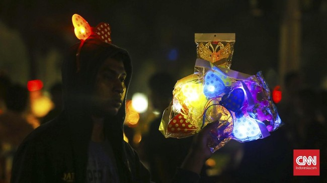 <p>Para penjaja pun tak mau melewatkan kesempatan emas untuk berjualan bermacam dagangan, mulai dari makanan, minuman, hingga pernak-pernik perayaan Tahun Baru. (CNNIndonesia/Safir Makki)</p>
