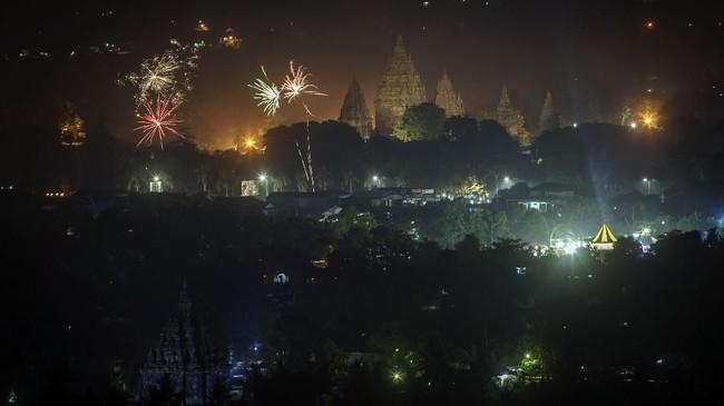 <p>Ribuan warga memadati kawasan Taman Wisata Candi Prambanan, Sleman, Daerah Istimewa Yogyakarta. Warga yang enggan berdesakan bisamenikmatisuasana itu dengan melihat pemandangan dari atas bukit Sambirejo. (ANTARA FOTO/Hendra Nurdiyansyah/aww/18)</p>