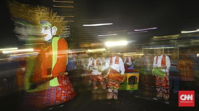 Acara yang digelar di Park and Ride, MH Thamrin, Jakarta Pusat ini dimeriahkan oleh pertunjukan ondel-ondel. Semua biaya ditanggung oleh Pemprov DKI Jakarta selaku penyelenggara. (CNNIndonesia/Safir Makki)