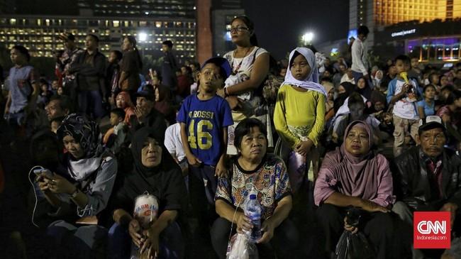Warga memadati kawasan bising sejak beberapa jam sebelum pergantian tahun. Tak sedikit dari mereka terlihat membawa sanak saudara untuk menghabiskan akhir tahun 2017 bersama. (CNN Indonesia/ Hesti Rika)