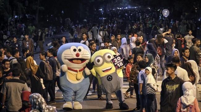 <p>Warga Solo, Jawa Tengah berkumpul di acara Car Free Night Jalan Slamet Riyadi. Pemerintah Kota Solo melarang warga untuk menyalakan kembang api saat malam pergantian tahun. (ANTARA FOTO/Mohammad Ayudha/aww/17)</p>