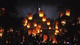 <p>Sejumlah warga melepaskan lampion ke langit saat acara Borobudur Nite 2017 di Taman Aksobya kawasan Taman Wisata Candi (TWC) Borobudur, Magelang, Jawa Tengah. Sedikitnya 2.500 lampion perdamaian diterbangkan untuk menyambuttahun 2018. (ANTARA FOTO/Anis Efizudin/aww/18)</p>