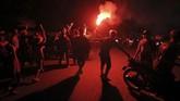 <p>Sebagian warga Surabaya, Jawa Timur merayakan malam pergantian tahun dengan berkonvoi kendaraan bermotor roda dua keliling kota. Tak sedikit dari mereka pun menyalakan 'flare' dan kembang api. (ANTARA FOTO/Didik Suhartono/aww/18)</p>