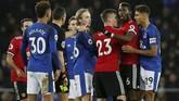 Pertandingan sempat memanas setelah bek kanan Everton Mason Holgate melanggar Jesse Lingard dengan keras pada menit ke-83. Gelandang Manchester United Paul Pogba sempat kesal dengan Holgate. (REUTERS/Andrew Yates)