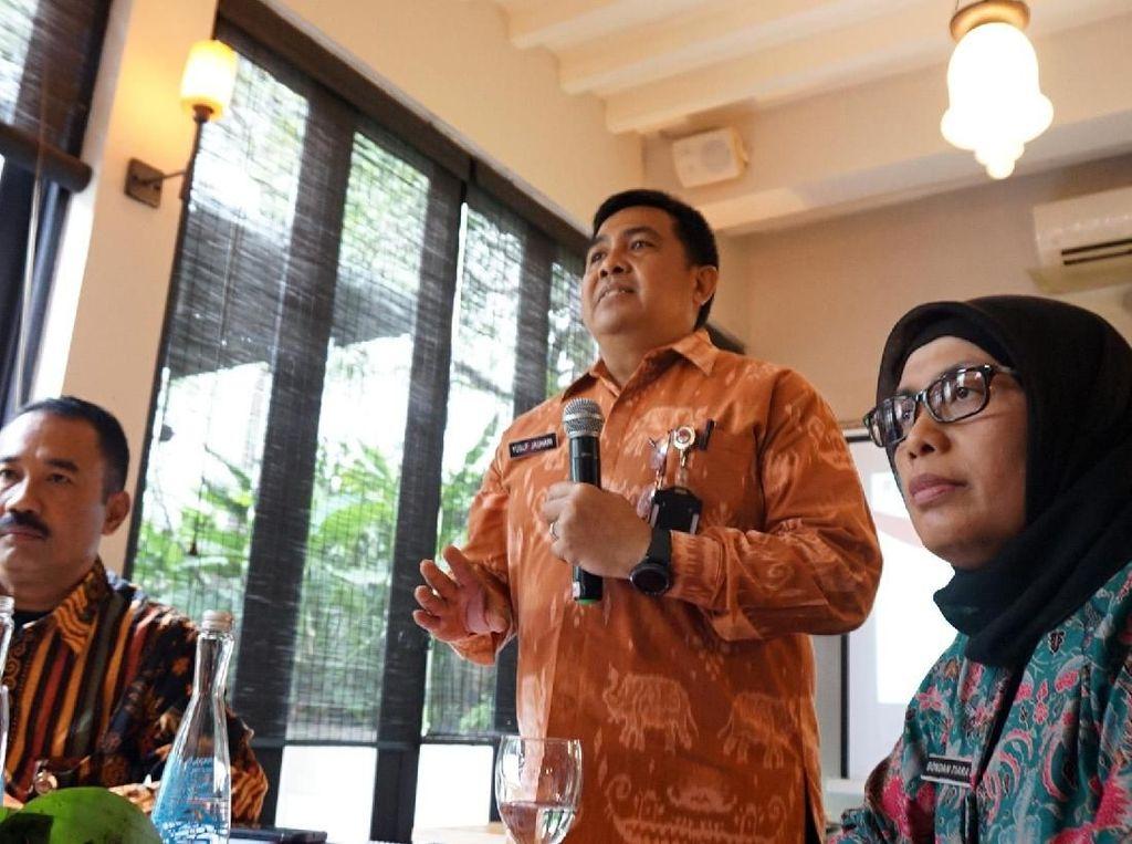 Kepala Pusat data dan Informasi Kemenhan Marsma Yusuf Jauhari (tengah) dan Staf ahli menteri pertahanan bidang Ekonomi Bondan Tiara Sofyan dalam konferensi pers capaian 3 tahun kabinet kerja kementrian pertahanan di Jakarta, Jumat (29/12).