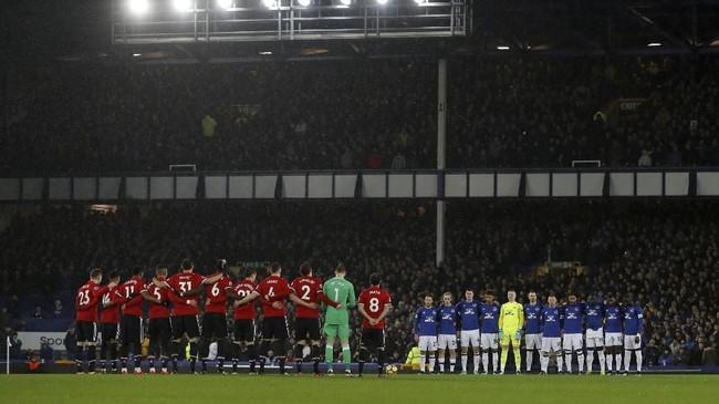 Para pemain Everton dan Manchester United mengheningkan cipta sebelum pertandingan di Stadion Goodison Park untuk mengenang sejumlah legenda Everton yang meninggal sepanjang 2017. (Reuters/Lee Smith)