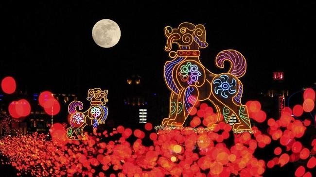 <p>Fenomena ini juga terlihat di China. Gambar ini diambil dibelakang lentera raksasa berbentuk anjing di Dalian, provinsi Liaoning, China (REUTERS/Stringer)</p>