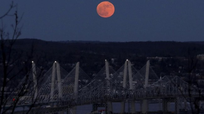 <p>Supermoon yang masih diambil dari Hudson River, AS. Di AS fenomena ini terlihat pada 1 Januari, sementara di Indonesia dapat diamati pada 2 Januari 2018. (REUTERS/Mike Segar)</p>