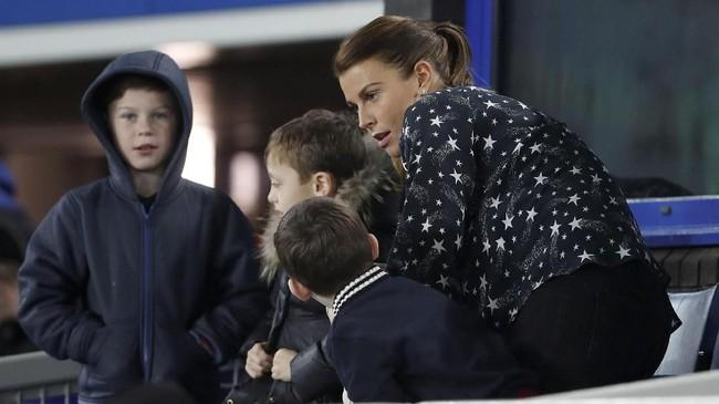 Istri kapten Everton yang juga mantan penyerang Manchester United Wayne Rooney, Coleen, menjadi salah satu penonton di Tribune VIP Stadion Goodison Park. (Reuters/Lee Smith)