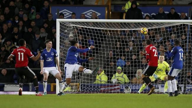 Manchester United baru mampu memecah kebuntuan pada menit ke-57 melalui tendangan terarah Anthony Martial yang bersarang ke pojok kiri gawang kiper Everton Jordan Pickford. (REUTERS/Andrew Yates)