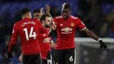 Paul Pogba (kanan) dan Jesse Lingard merayakan kemenangan Manchester United atas Everton usai pertandingan. Hasil ini membuat MU kembali menang setelah empat kali gagal menang dan memangkas jarak dengan Manchester City menjadi 12 poin. (Reuters/Lee Smith)