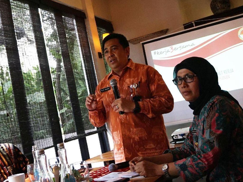 Kepala Pusat data dan Informasi Kemenhan Marsma Yusuf Jauhari (tengah) bersama Kepala pusat komunikasi kemenhan Brigjen TNI Totok Sugiharto (kiri) dan Staf ahli menteri pertahanan bidang Ekonomi Bondan Tiara Sofyan saat memaparkan kepada wartawan saat acara konferensi pers capaian 3 tahun kabinet kerja kementrian pertahanan di Jakarta. pool