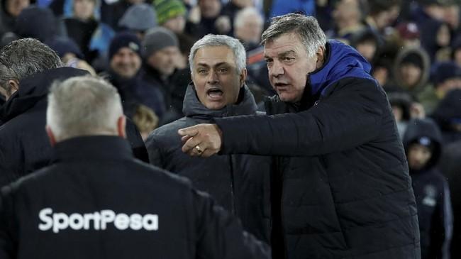 Manajer Manchester United Jose Mourinho (tengah) berbincang dengan manajer Everton Sam Allardyce sebelum pertandingan di Stadion Goodison Park, Senin (1/1) malam waktu setempat. (Reuters/Lee Smith)