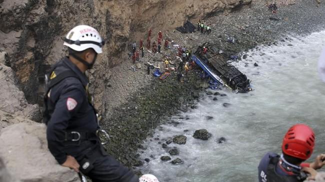 Enam orang selamat dan dirawat di rumah sakit karena luka-luka dalam kecelakaan yang terjadi di Jalan Raya Panamericana Norte dekat Pasamayo, pesisir pantai Pasifik, 45 kilometer dari Ibu Kota Lima. (REUTERS/Guadalupe Pardo)