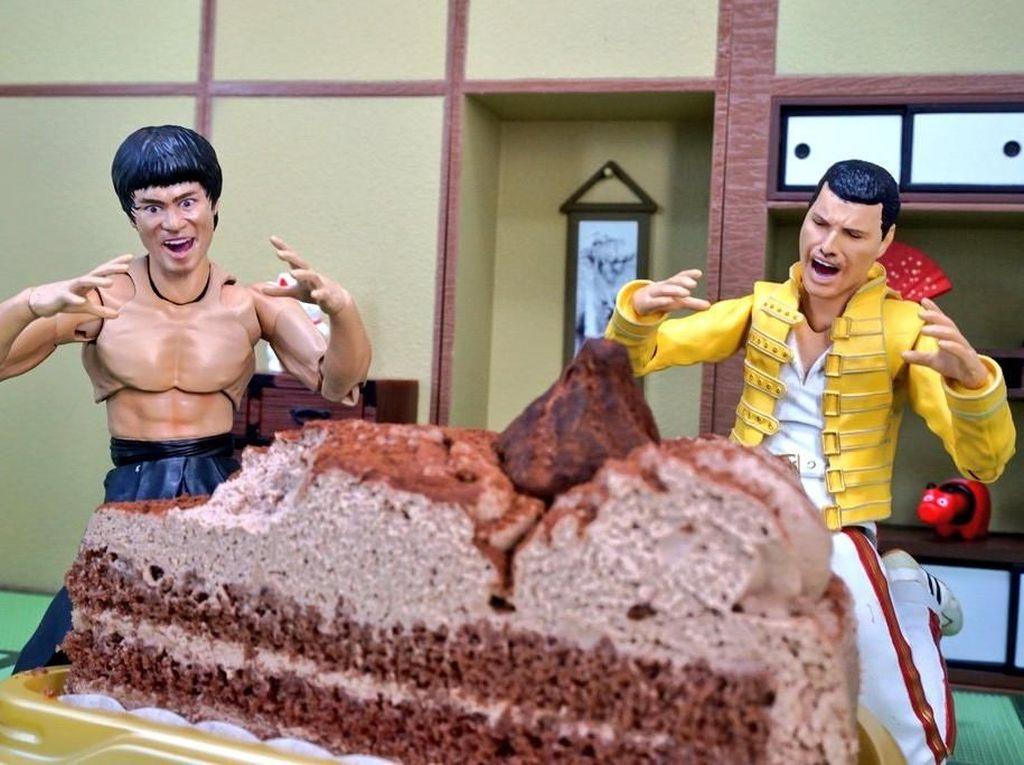 Atau saat mereka menikmati kue yang lezat. (Dok. Twitter/@suekichiii)