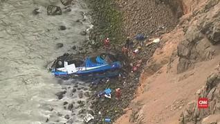 VIDEO: Penyelamatan Korban Bus Terjun dari Tebing di Peru