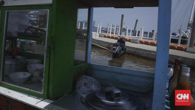 Wakil Gubernur DKI Jakarta Sandiaga Uno mengatakan, pemerintah memiliki solusi jangka panjang untuk mencegah banjir rob, yaitu dengan membangun tanggul laut atau National Capital Integrated Coastal Development (NCICD).(CNN Indonesia/ Hesti Rika)