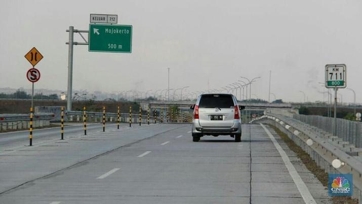 Setiap truk bermuatan lebih yang lewat tol akan didenda Rp 500.000