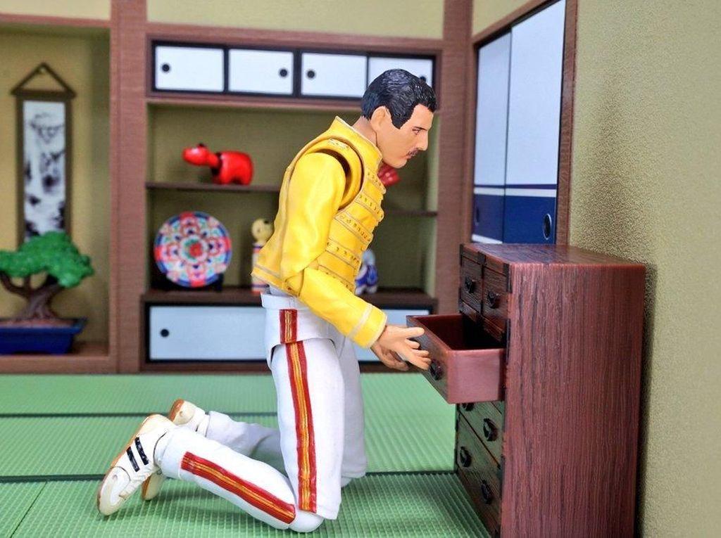 Sebuah akun twitter dengan nama @suekichiii membuat foto-foto dari action figure, salah satunya yang mencuri perhatian adalah Freddie dan Bruce Lee. (Dok. Twitter/@suekichiii)