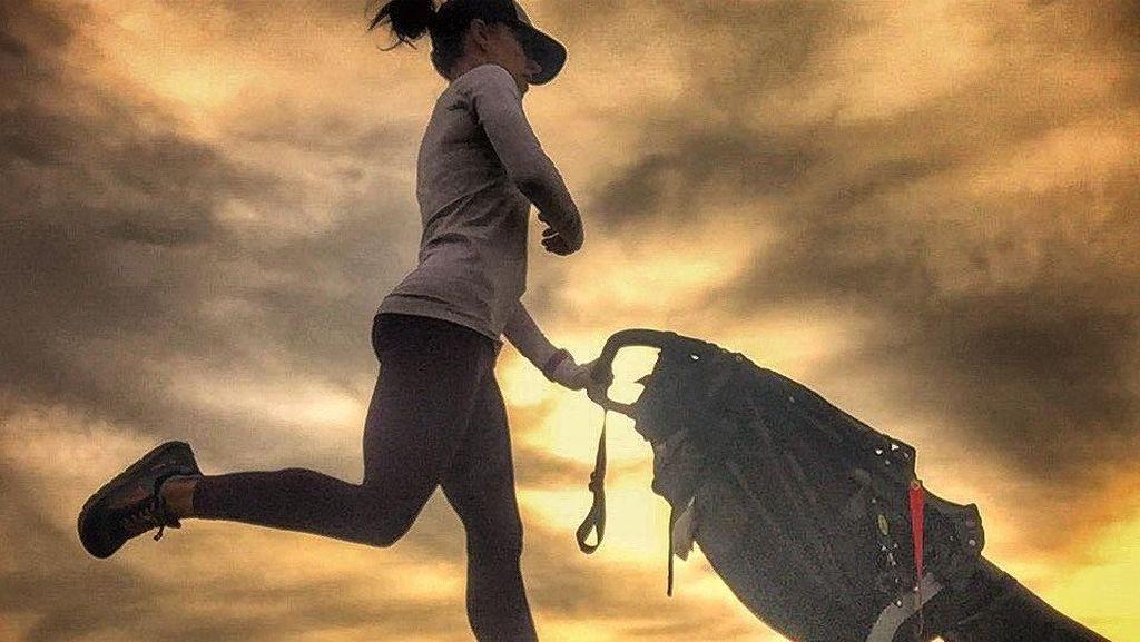 Foto: Satu Lagi Hot Mama, Olahraga Sambil Dorong-dorong Stroller