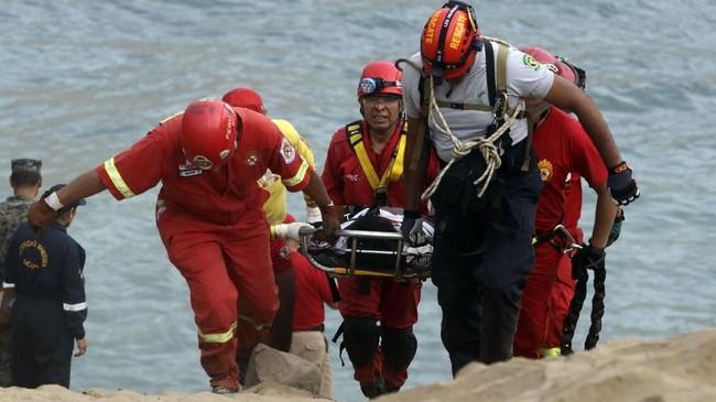 Petugas masih terus mengevakuasli korban dari tebing yang dalam. (REUTERS/Guadalupe Pardo)