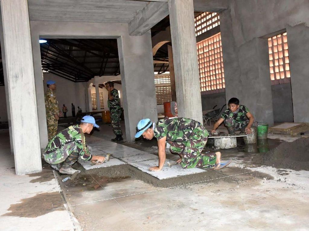 Kegiatan rehabilitasi berupa perbaikan sarana ibadah yang dikerjakan oleh Prajurit TNI Kontingen Garuda (Konga) XX-N/Monusco, meliputi pembuatan kamar mandi untuk Masjid Kudratullah dan pemasangan keramik di Gereja Wando. Pool/Puspen TNI.