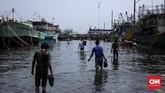 Kawasan Muara Angke, Pluit, Jakarta Utara, kembali dilanda banjir rob, Rabu (3/1). Air laut menggenangi wilayah pemukiman nelayan hingga setinggi betis orang dewasa. (CNN Indonesia/Hesti Rika)