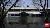 Salah satu bangunan terendam banjir rob di kawasan Pelabuhan Muara Angke, Jakarta Utara.Banjir rob menerjang permukiman warga saat air laut pasang, terutama ketika bulan purnama. (CNN Indonesia/Hesti Rika)