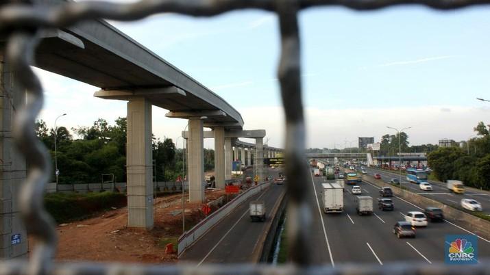 Proyek pembangunan kereta api ringan (Light Rail Transit) Jabodetabek di kawasan Cibubur, Jakarta, Sabtu (6/12). Pembiayaan proyek LRT terus membengkak, dari nilai proyeknya yang semula Rp 26,7 triliun, kini melonjak menjadi Rp 31 triliun. Direktur Keuangan PT KAI Didit Hartantyo mengatakan, besaran nilai kebutuhan investasi LRT Jabodebek masih dalam pematangan karena masih ada perubahan terkait dengan rencana pembangunan. Misalnya, ada penambahan jumlah stasiun serta perubahan penggunaan sistem persinyalan dari sebelumnya fix block menjadi moving block.