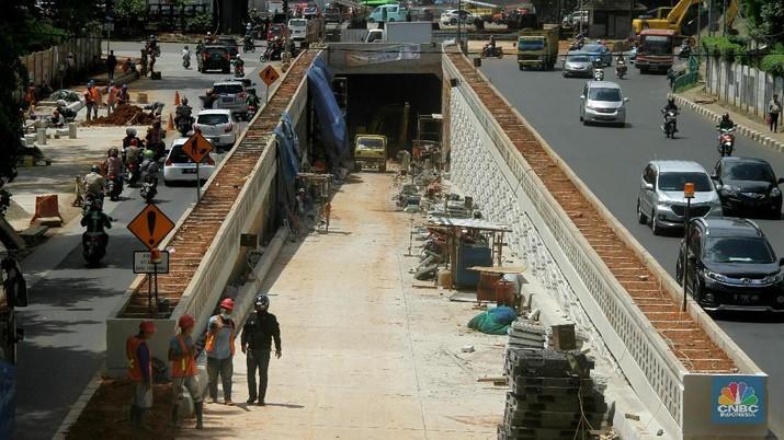 Aktivitas pekerja di kawasan proyek Underpass Kartini, Lebak Bulus, Jakarta, Kamis (4/12/2018). Underpass dengan panjang 400 meter dan lebar 10 meter ini menelan biaya konstruksi diperkirakan mencapai Rp 90 miliar. Underpass ini dibangun dengan tujuan mengurangi persimpangan sebidang antara Jalan Metro Pondok Indah dan Jalan TB Simatupang, serta mendukung transjakarta koridor VIII.  Pembangunan Ketiga Underpass tersebut sedianya dijadwalkan selesai pada akhir tahun 2017, namun diprediksi baru akan rampung pada bulan April 2018.