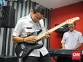 Sandiaga Uno Asyik Main Band di Sela Jam Kerja