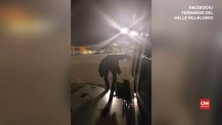 VIDEO: Momen Penumpang Frustasi Lompat dari Sayap Pesawat