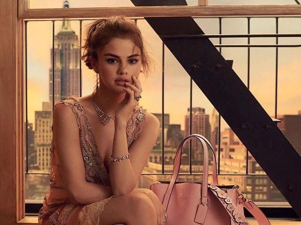 Fans Protes, Wajah Selena Gomez di Iklan Coach Diedit dan Nyaris Tak Dikenali