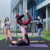 Inul sedang melakukan akro yoga. Olahraga ini menggabungkan pose yoga dengan gerakan akrobatik. (Foto: Instagram/inul.d)