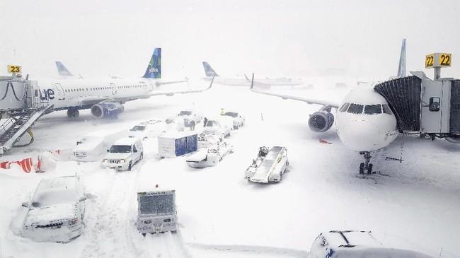 Pesawat-pesawat mangkrak di Bandara John F. Kennedy pada 4 Januari 2008. Otoritas penerbangan komersial Amerika Serikat melaporkan sedikitnya 5.000 penerbangan ditangguhkan atau dibatalkan. (Rebecca Butala How/Getty Images/AFP)