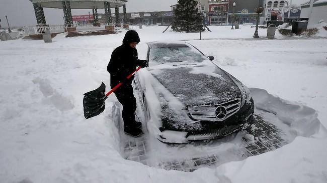 Sedikitnya 16 kematian dikaitkan akibat cuaca buruk dan badai salju di seluruh Amerika Serikat. (Mark Wilson/Getty Images/AFP)