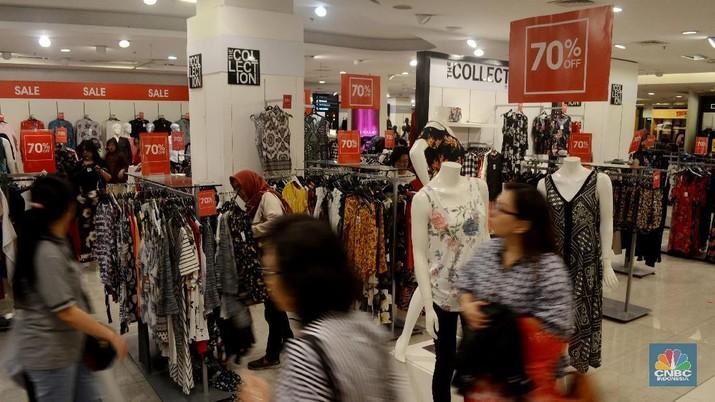 Pengunjung memilih barang yang didiskon mulai dari 20-70% di Department Store Debenhams di Kawasan Senayan City, Jakarta, Jumat (29/12/2017). Berkembangnya teknologi membuat daya beli masyarakat menurun, sehingga menjadi salah satu penyebab tutupnya Debenhams di Indonesia akhir tahun ini.