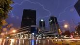 Petir menyambar gedung World Trade Center di Montevideo. (AFP PHOTO / Mariana SUAREZ)