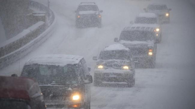 Jarak pandang di jalan raya sangat terbatas, seperti tampak di Jalan Raya Brooklyn-Queens, 4 Januari 2018. Kota New York mengeluarkan peringatan badai salju yang diperkirakan membawa salju sedikitnya 15-20 sentimeter. (Drew Angerer/Getty Images/AFP)