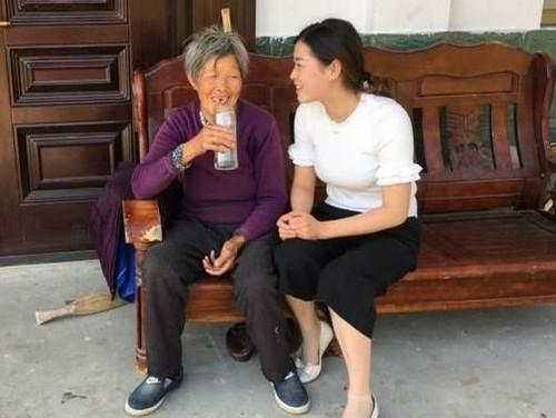 Kisah Haru Wanita Balas Kebaikan Ibu Angkat yang Hidup Miskin