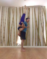 Akro yoga bareng pelatih, kamu bisa seperti Inul? (Foto: Instagram/inul.d)
