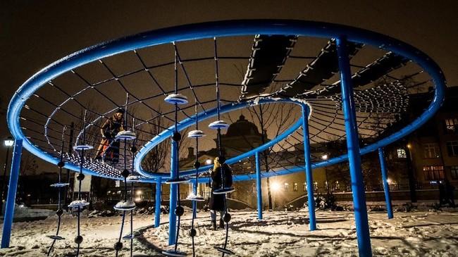 Perempuan-perempuan muda berswafoto di taman bermain di Moskow, Rusia. (AFP PHOTO / Yuri KADOBNOV)