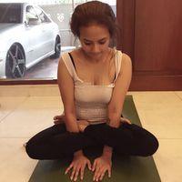 Foto Vanessa yang lagi olahraga yoga ini mungkin membuat banyak kaum Adam gagal fokus. (Foto: Instagram/vanessaangel_organic_sugar)