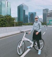 Lulu El Hasbu pun rajin melakukan olahraga di car free day (CFD). Wanita yang juga merupakan desainer ini pun kerap membagikan tips untuk muslimah yang punya hobi olahraga namun kesulitan memilih setelan baju yang sesuai. Foto: Instagram @luluelhasbu