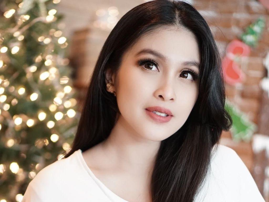 9 Artis Indonesia Ini Setia dengan Model Rambut yang Sama, Nggak Bosan?