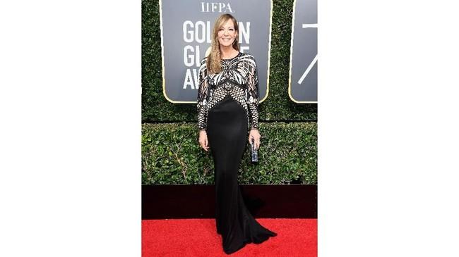 Aktris Allison Janney tak hanya membawa pulang piala Globe, tapi juga busana terbaik dalam balutan gaun Mario Dice, sepatu Stuart Witzman, dan clutch L'Afshar. (Frazer Harrison/Getty Images/AFP)