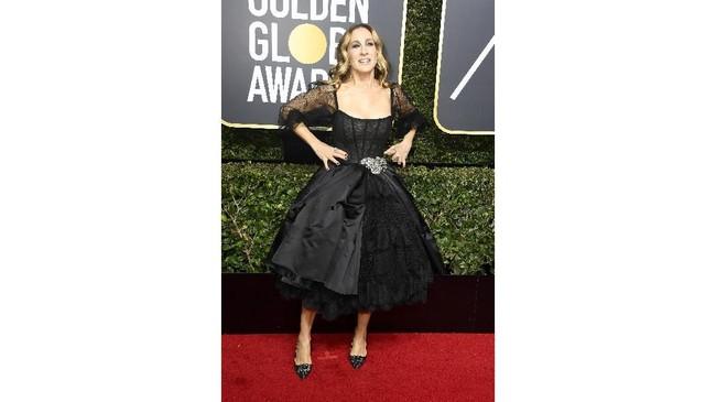 Sarah Jessica Parker hampir tak pernah gagal saat tampil di karpet merah. Kali ini, ia mengenakan gaun cocktail Dolce & Gabbana dengan detil satin dan tulle. (Frazer Harrison/Getty Images/AFP)