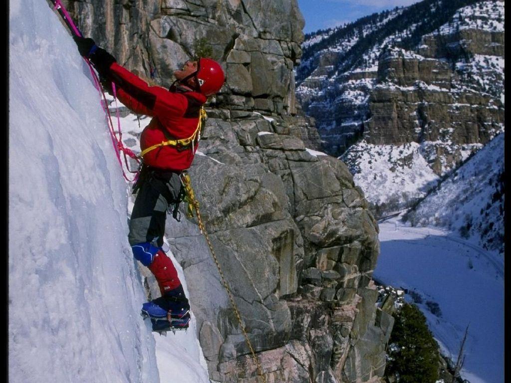 Ice Climbing. Mirip seperti panjang tebing. namun yang didaki pada olahraga ini adalah es. Berbeda dengan pendakian tebing, memanjat es punya tantangan lebih banyak dan risiko yang jauh lebih besar. (Mike Powell /Allsport)