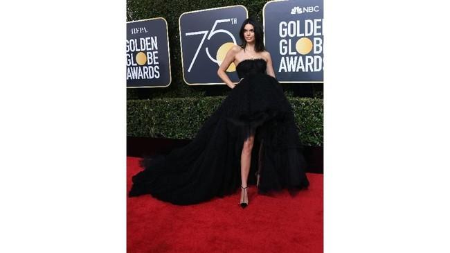 Model Kendall Jenner meramaikan karpet merah penghargaan film Golden Globe Awards 2018 dengan gaun adibusana Giambattista Valli saat hadir di Beverly Hills, California, AS, pada Minggu (7/1) malam. (AFP PHOTO / VALERIE MACON)